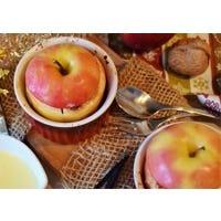 Haselnuss-Bratapfel mit heißer Vanillesoße