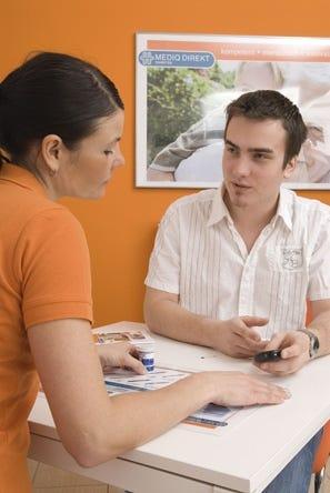 Kundenberaterin und Kunde im Diabetes Fachgeschäft