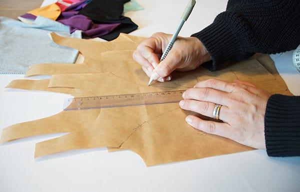 Hanna Barat beim Zeichnen einer Schnittvorlage für mellitus one