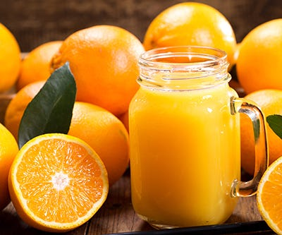 Orangen mit Saftglas