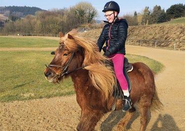 Finnja auf Pferd