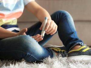 Junge beim Blutzuckermessen