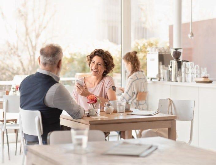 Frau im Café mit Eversense