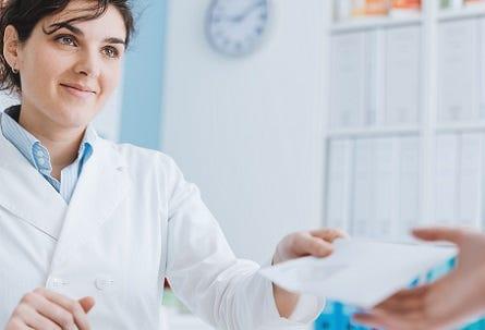 Ärztin mit Rezept für Patienten