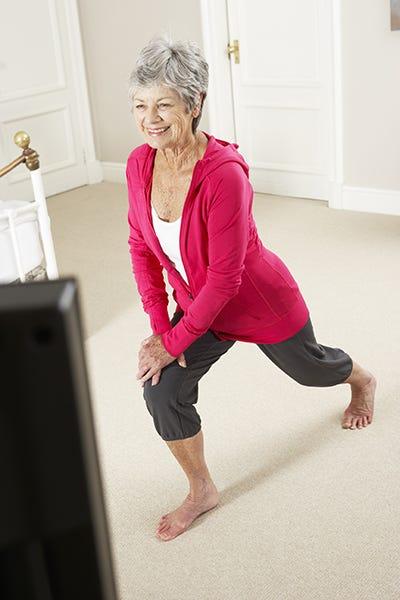 Seniorin beim Home-Training