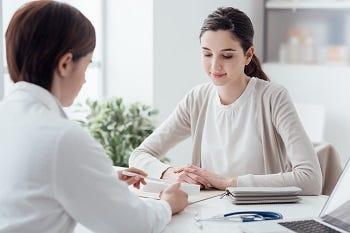 Frau bei ärztlicher Beratung
